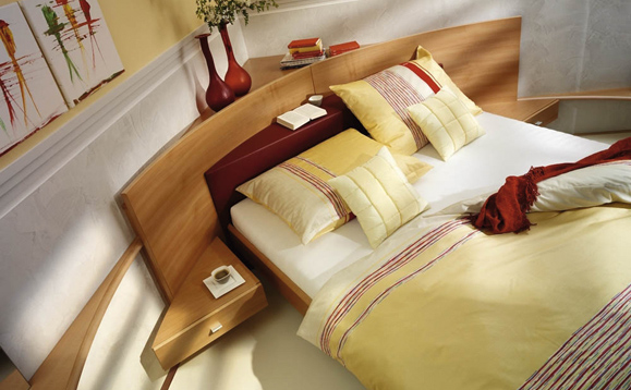 Bett Mit Gebogenem Kopfteil In Einem Schlafzimmer