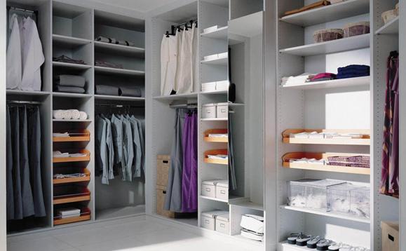 kleiderschrank mit viel stauraum wohn design. Black Bedroom Furniture Sets. Home Design Ideas